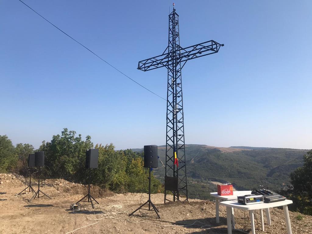 (VIDEO) CERNĂTEȘTI. Crucea de pe Dealul cu Lilieci a fost sfințită