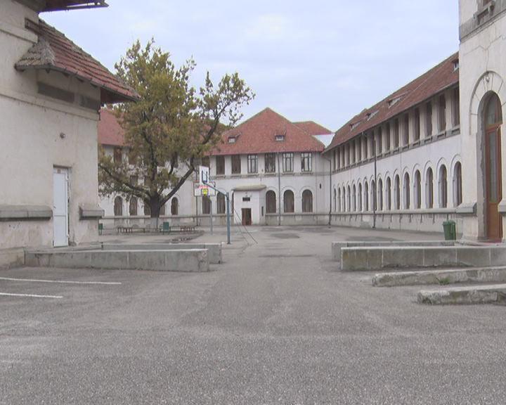 """Și Colegiul """"Pedagogic"""" se pregătește de online. Între timp, școlile Săpoca și Pănătău s-au închis"""
