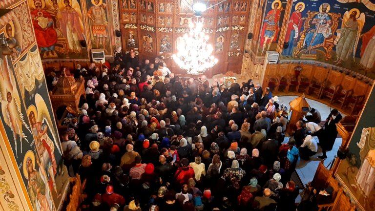 VIDEO! Sute de enoriași, la resfințirea Bisericii Sf. Andrei din cartierul Micro XIV