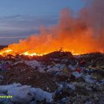 Amendă uriașă pentru Primăria Podgoria. Depozit ilegal de gunoi, incendiat