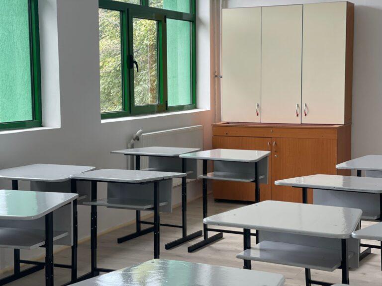 Școli mari, închise de COVID. Mii de elevi, afectați de situație