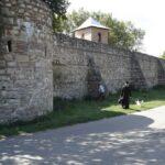 Intrarea în cetate. Porțile mănăstirii Bradu vor fi expuse la muzeu.