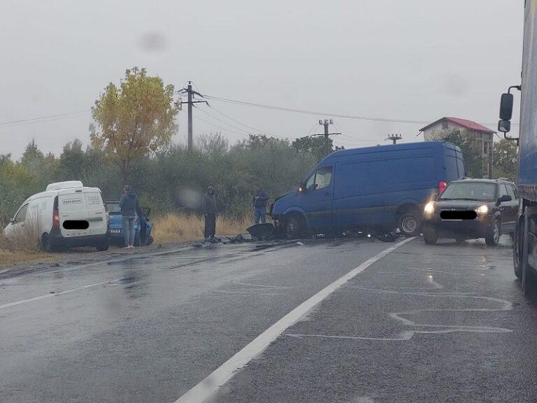 Accident cu patru mașini, la Costești. Două persoane transportate la spital